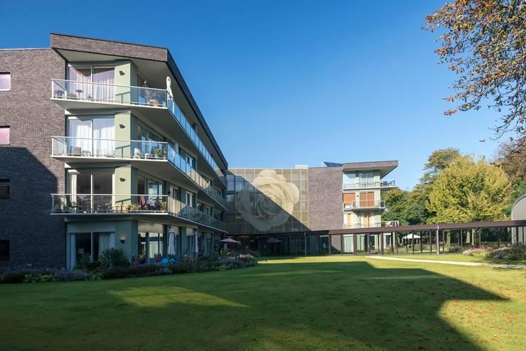 Woon-zorgcomplex Huize Het Oosten Bilthoven:  Gezondheidscentra door TenBrasWestinga ARCHITECTUUR / INTERIEUR en STEDENBOUW