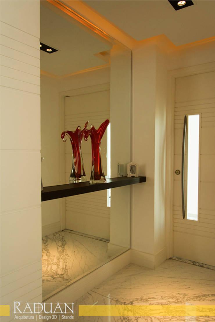 Hall: Corredores e halls de entrada  por Raduan Arquitetura e Interiores