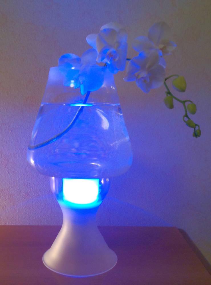 fluid lamp: Soggiorno in stile  di ciappesoni