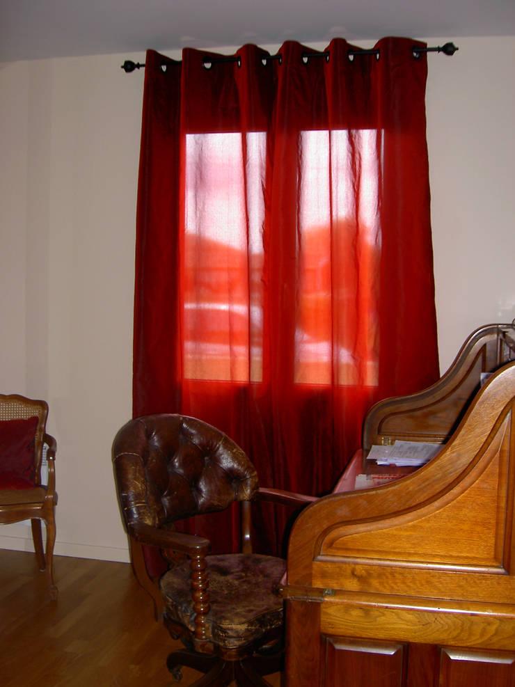 Rideau à oeillets en taffetas rouge: Fenêtres & Portes de style  par Aux fils du temps