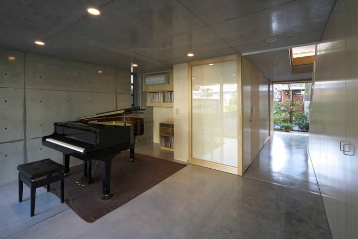 Salas / recibidores de estilo  por 佐藤重徳建築設計事務所, Ecléctico