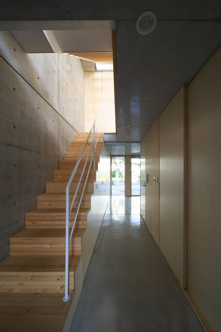 Pasillos y vestíbulos de estilo  por 佐藤重徳建築設計事務所, Ecléctico