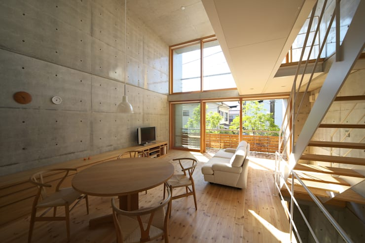 Salas / recibidores de estilo  por 佐藤重徳建築設計事務所