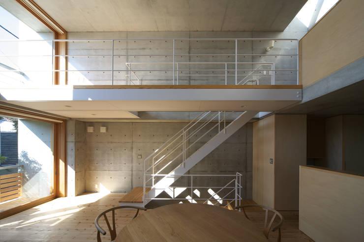 府中の住宅: 佐藤重徳建築設計事務所が手掛けた廊下 & 玄関です。