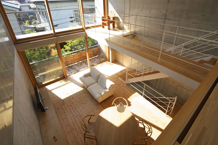 府中の住宅: 佐藤重徳建築設計事務所が手掛けたリビングです。