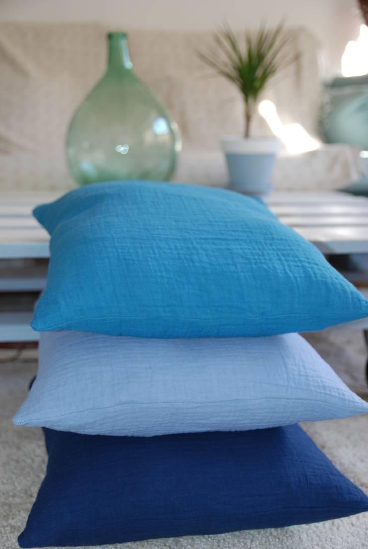 Trio de coussins en ange dégradé de bleu: Chambre d'enfants de style  par mushroom