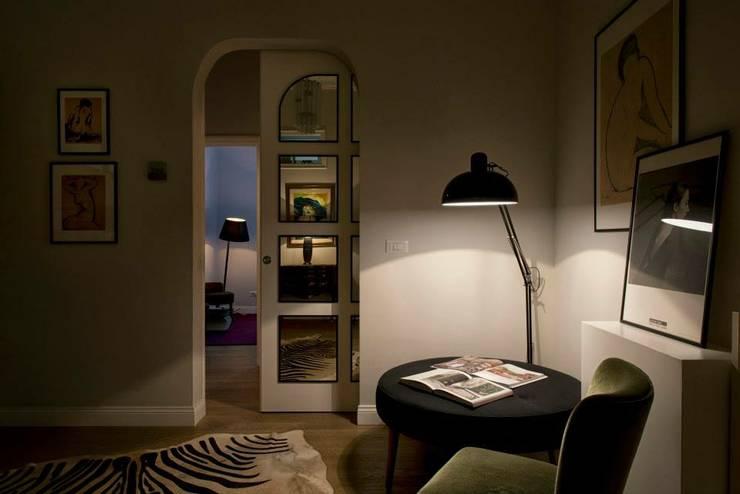 VOLTURNO: Ingresso & Corridoio in stile  di MOB ARCHITECTS