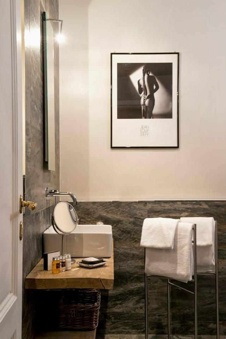 VOLTURNO: Bagno in stile  di MOB ARCHITECTS