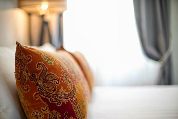 VOLTURNO: Camera da letto in stile  di MOB ARCHITECTS