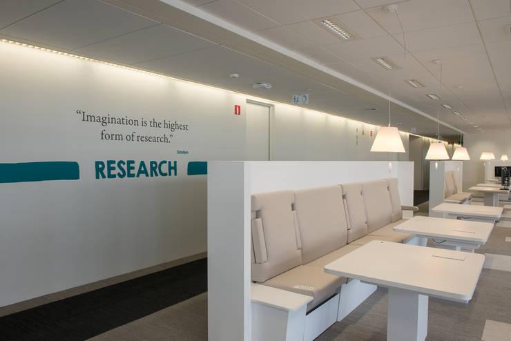 Signalétique AXA Bruxelles immeuble Marnix: Bureau de style  par Thibaut Solvit