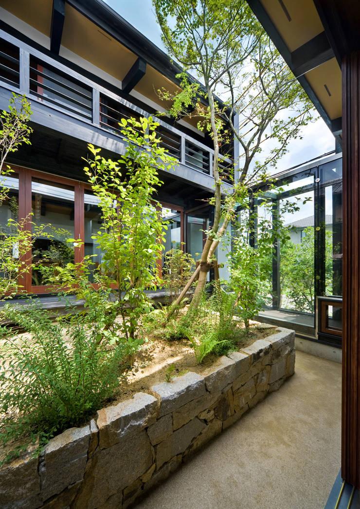 中庭: 石井智子/美建設計事務所が手掛けたテラス・ベランダです。