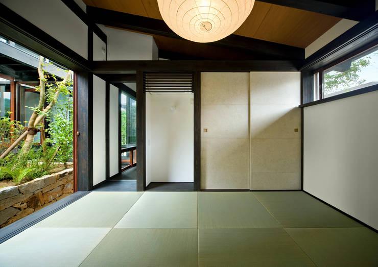 主寝室: 石井智子/美建設計事務所が手掛けた和室です。