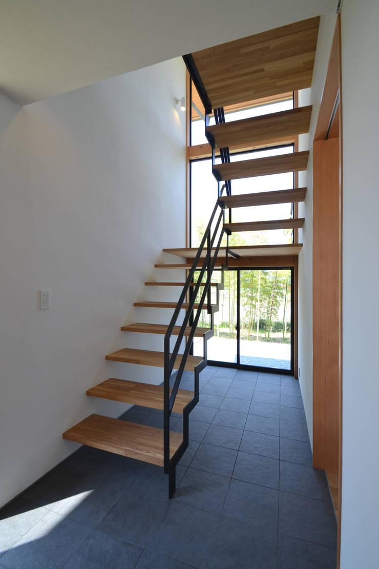 階段ホール: TEKTON | テクトン建築設計事務所が手掛けた廊下 & 玄関です。