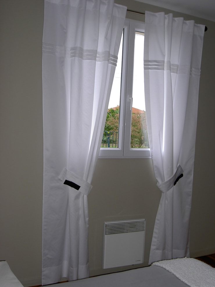 Rideaux blancs plis religieuse: Fenêtres & Portes de style  par Aux fils du temps