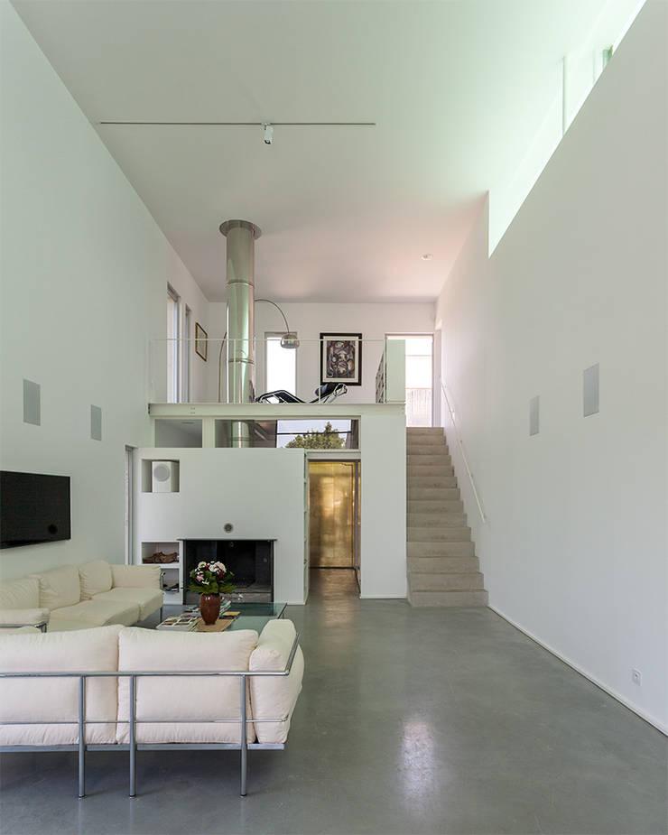 entrée et mezzanine: Maisons de style  par ateliers d'architecture JPB