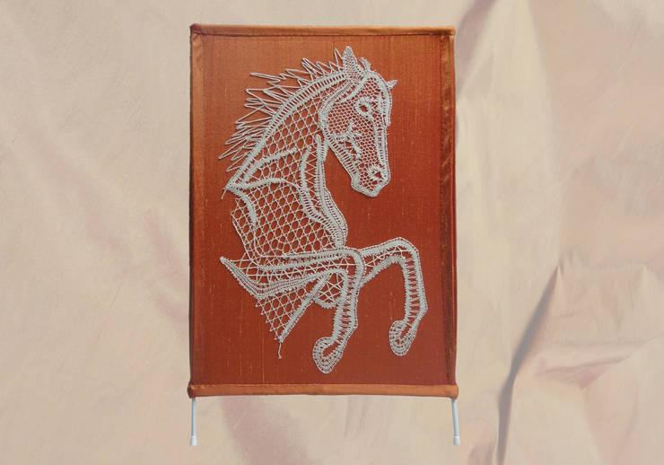 Abat jour couture cheval en dentelle aux fuseaux: Maison de style  par Aux fils du temps
