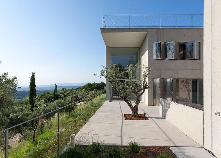 l'olivier: Maisons de style  par ateliers d'architecture JPB