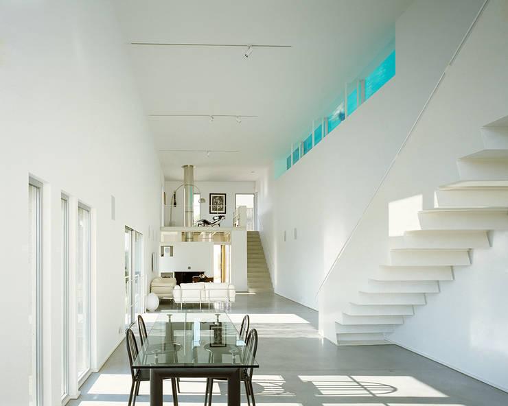 Le séjour sur deux niveaux: Maisons de style  par ateliers d'architecture JPB