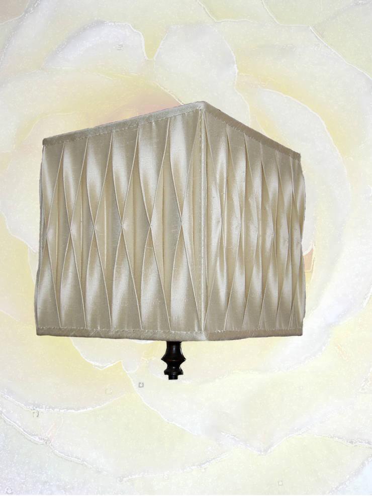 Abat jour plissé nid d'abeilles: Maison de style  par Aux fils du temps