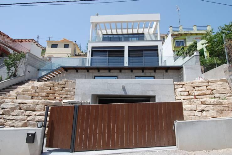 Fachada este: Casas de estilo  de FG ARQUITECTES
