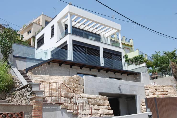 Vista sur-este: Casas de estilo  de FG ARQUITECTES