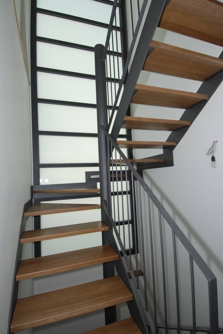 Escalera interior: Pasillos y vestíbulos de estilo  de FG ARQUITECTES