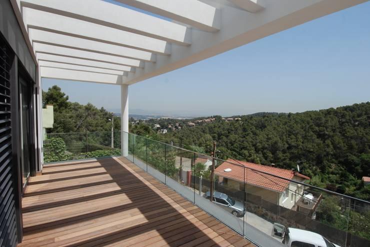 Terraza orientada a este: Terrazas de estilo  de FG ARQUITECTES