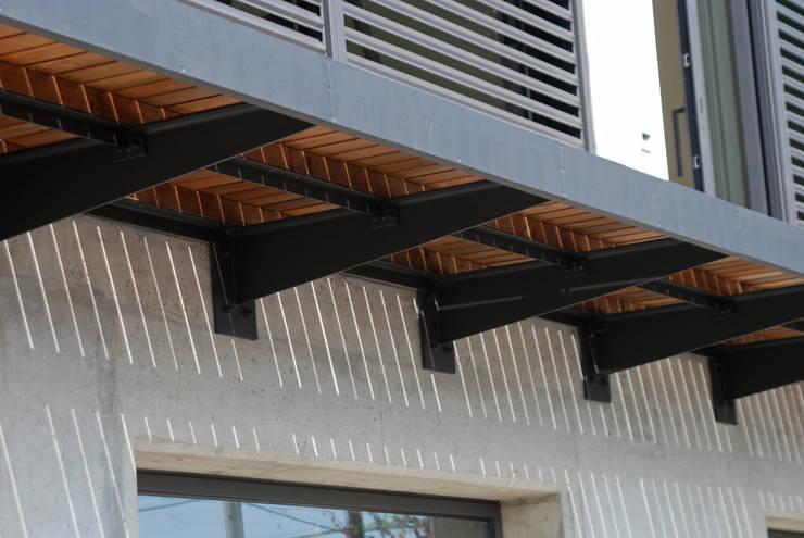 Pasarela exterior: Terrazas de estilo  de FG ARQUITECTES