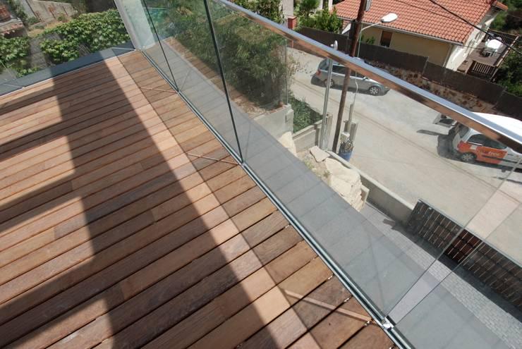 Barandilla transparente, vistas hacia la calle: Terrazas de estilo  de FG ARQUITECTES