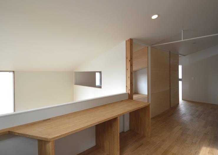 5人家族の家: アトリエKUKKA一級建築士事務所/ atelier KUKKA  architects が手掛けた廊下 & 玄関です。