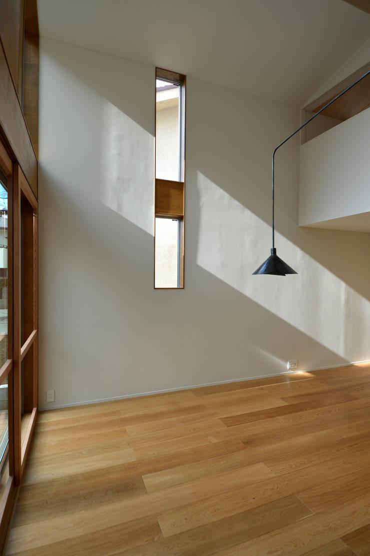 5人家族の家: アトリエKUKKA一級建築士事務所/ atelier KUKKA  architects が手掛けた壁です。