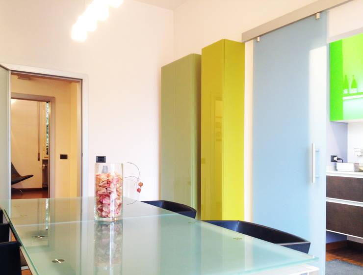 Uno spazio sospeso: Studio in stile in stile Moderno di Zanirato Studio