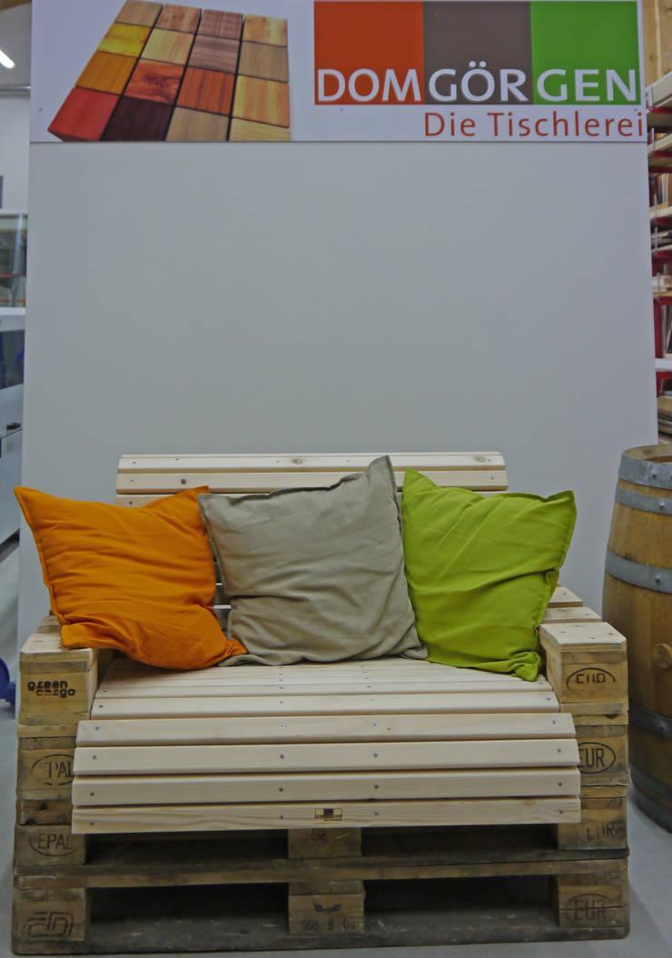 Sitzmöbel aus Funktionsholz:  Balkon, Veranda & Terrasse von Domgörgen-Die Tischlerei,