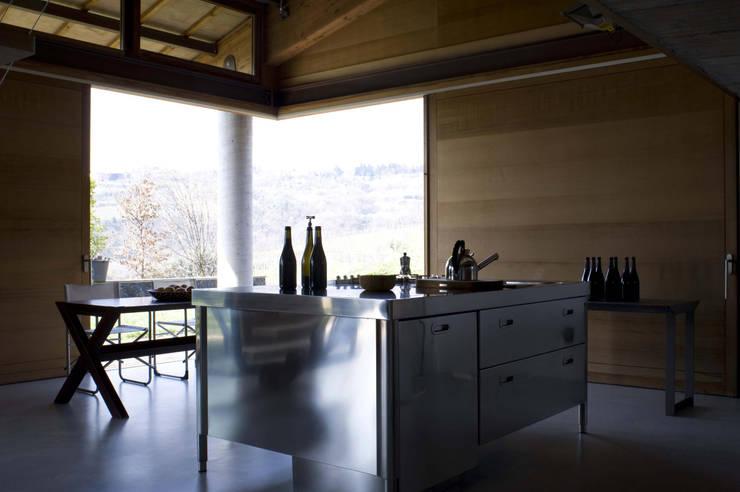 Vendemmia House: Cucina in stile in stile Moderno di traverso-vighy architetti