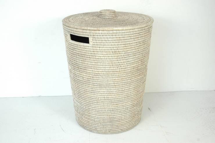 Panier à linge en rotin blanc: Salle de bain de style  par Baolgi