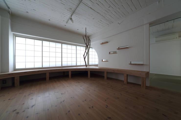 Salas / recibidores de estilo  por nano Architects, Moderno Madera Acabado en madera