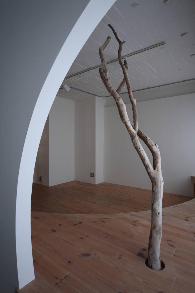 Wohnzimmer von nano Architects, Modern Holz Holznachbildung