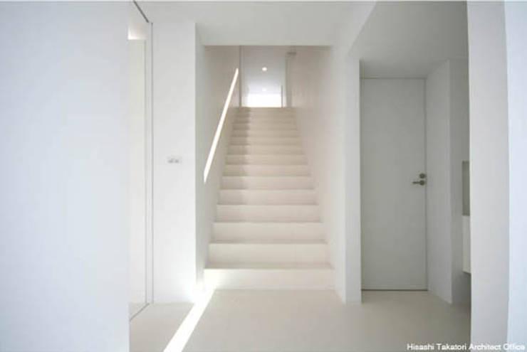 Sea Side House: 鷹取久アーキテクトオフィスが手掛けた廊下 & 玄関です。