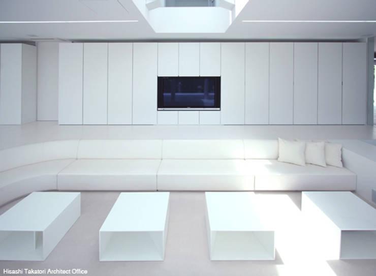 Sea Side House: 鷹取久アーキテクトオフィスが手掛けたリビングです。