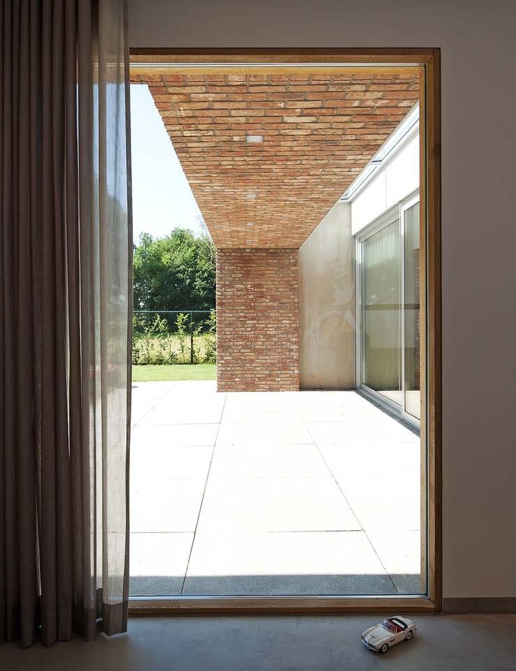 uitzicht vanuit de study:  Studeerkamer/kantoor door Joris Verhoeven Architectuur