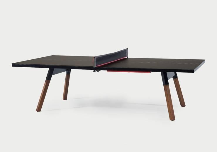 You and me Ping Pong: Sala multimedia de estilo  de A.P.O.