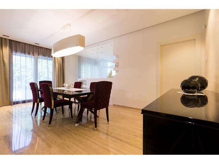 Sala da pranzo:  in stile  di V.Z. Architettura & Design,