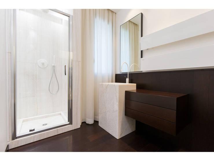 Vista bagno:  in stile  di V.Z. Architettura & Design,