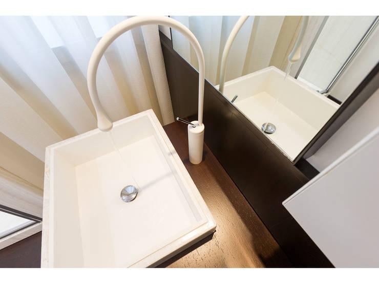 Dettaglio lavabo in Onice/Corian:  in stile  di V.Z. Architettura & Design,