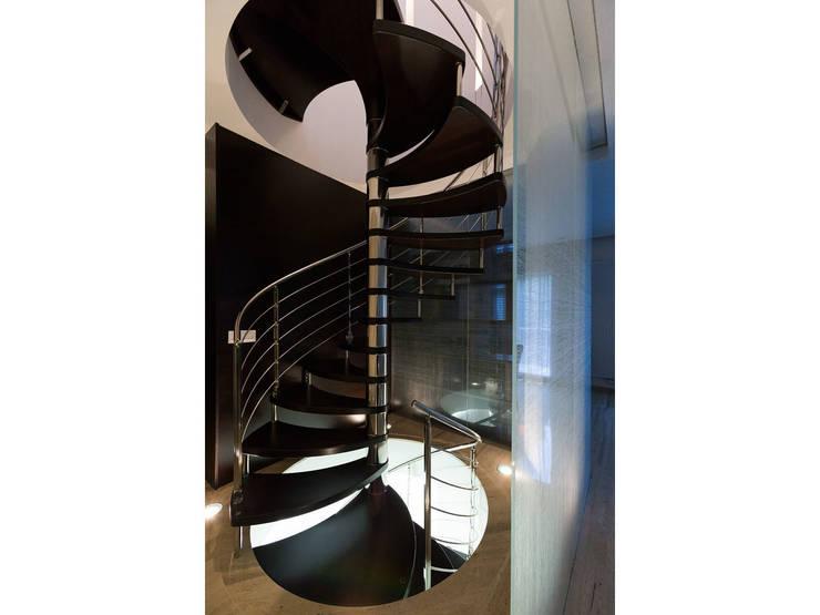 Dettaglio scala/parete vetrata:  in stile  di V.Z. Architettura & Design,