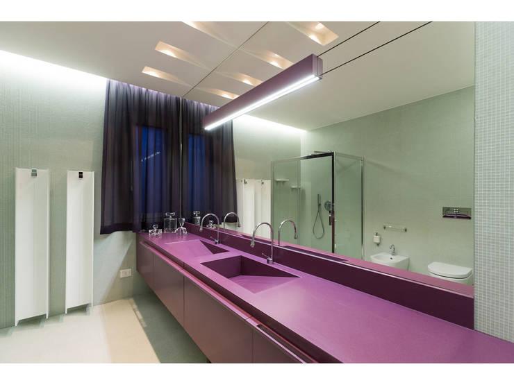 Vista Bagno in camera:  in stile  di V.Z. Architettura & Design,
