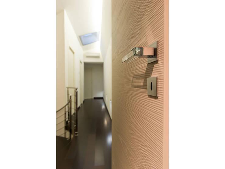 Dettaglio porta/maniglia:  in stile  di V.Z. Architettura & Design,