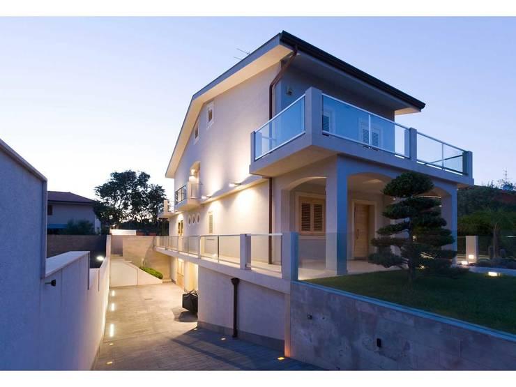 Vista esterna:  in stile  di V.Z. Architettura & Design