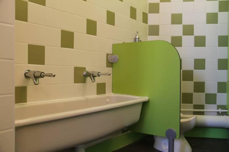 Poste de change - sanitaires enfants:  de style  par CARTON architectures