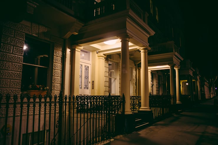 Queens Gate and Queens Gate Mews, London: Casas de estilo  de studio zigzag lighting design
